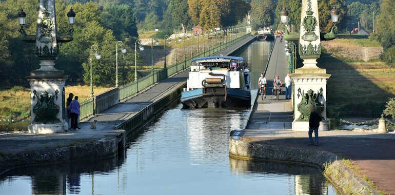 pont-canal-briare-loire-a-velo.jpg?h=4e4306f0&itok=g83UZMLT